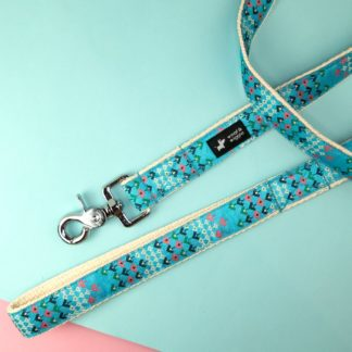 Dog leash with a geometric pattern in blue
