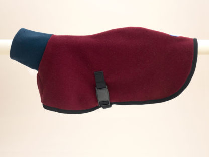 Cape for dogs made out of Polartec® fleece in bordeaux and navy