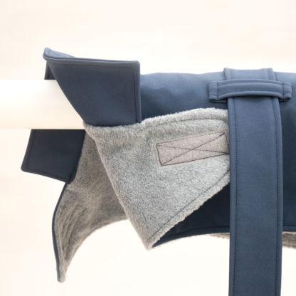 Detailansicht blauer Trenchcoat für Hunde